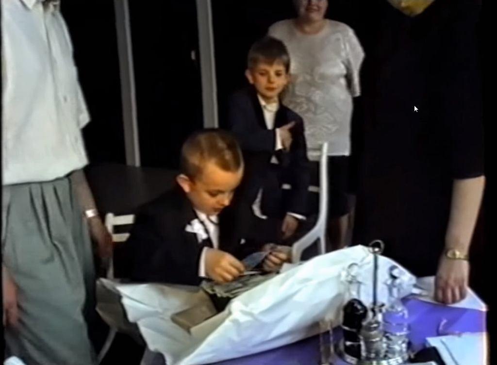 Dziecko odbiera swój prezent