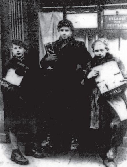 Żydowscy chłopcy sprzedający papierosy
