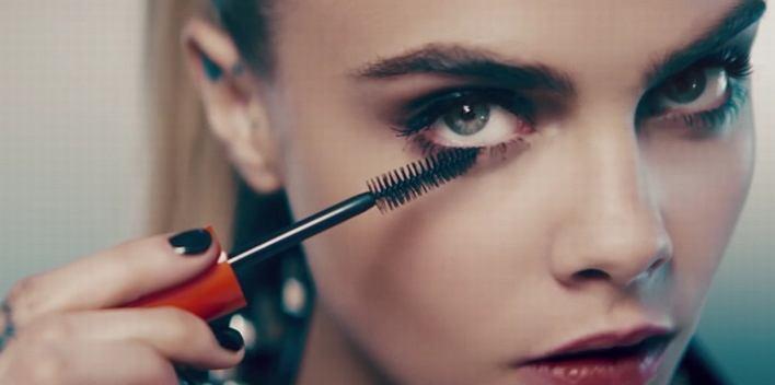 Cara Delevingne w reklamie telewizyjnej tuszu Rimmel Scandaleyes Reloaded