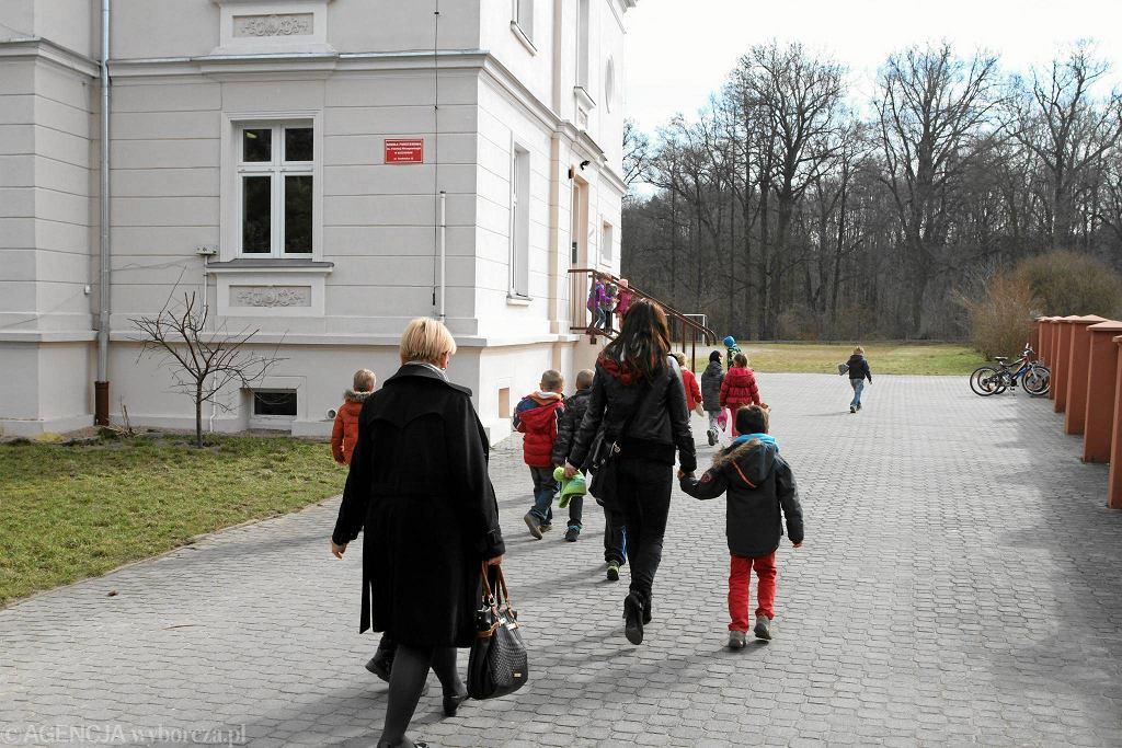 MEN i rzecznik praw dziecka zapewniają, że nagłośnione ostatnio historie - jak ta ze Szczodrego pod Wrocławiem (na zdjęciu), gdzie nauczycielka zerówki znęcała się nad dziećmi - to niechlubne wyjątki, a nie codzienność w polskich szkołach