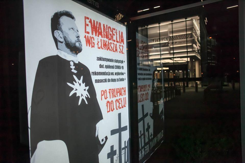 Plakat na przystanku autobusowym pod Galerią Mokotów