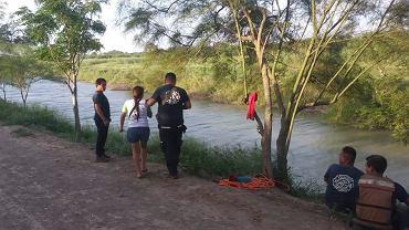 Tania Vanessa Ávalos razem ze strażą graniczną przy rzecze, w której utonął jej mąż i córka