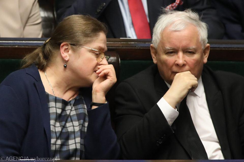 Prezes partii rządzącej Jarosław Kaczyński i jego partyjna podwładna, posłanka Krystyna Pawłowicz. 40. posiedzenie Sejmu VIII kadencji, Warszawa, 21 kwietnia 2017