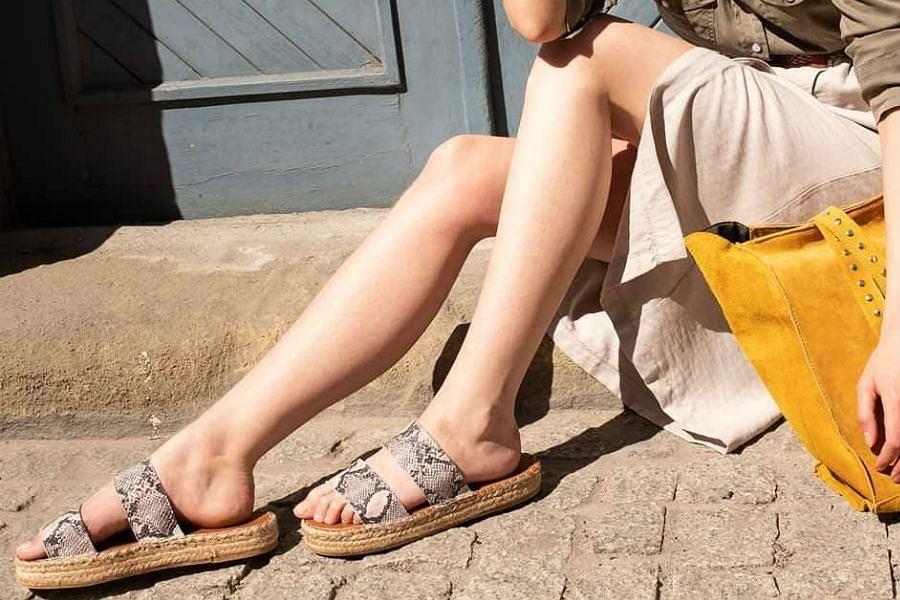 Klapki Answear z motywem wężowej skóry i plecioną podeszwą sprawdzą się na lato