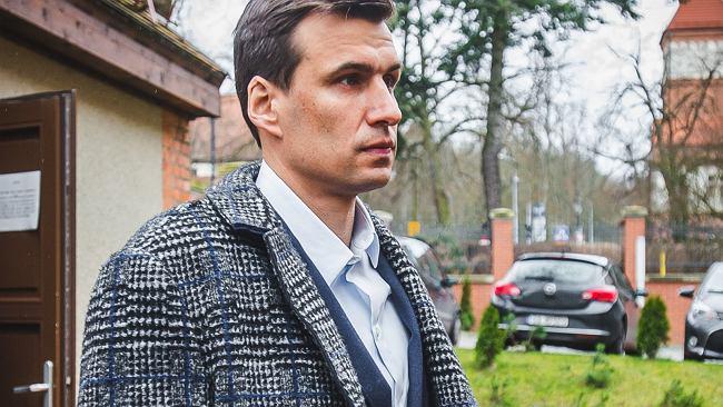 Jarosław Bieniuk pogratulował Idze Świątek zwycięstwa i pokazał fragment salonu. Uwagę przyciągają zdjęcia na ścianie