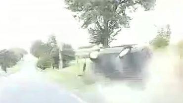 Dachowanie auta na drodze w Trzciankach