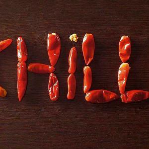 Regulacja ostrości Aby złagodzić smak papryczek chilli, można usunąć z nich pestki i białe łożysko. Jeszcze mniej pikantne będą papryczki ugotowane i roztarte na gładką masę. Krojąc chilli, trzeba uważać, by rękami nie dotknąć i nie podrażnić oczu.