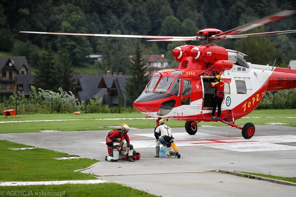 Akcja ratowników w Jaskini Wielkiej Śnieżnej. Śmigłowiec zabiera kolejną grupę ratowników