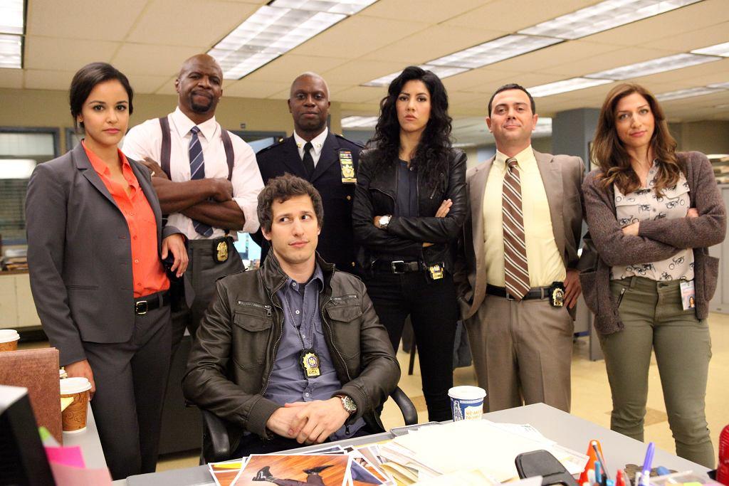 Ekipa z posterunku 9-9 (od lewej): Amy, Terry, Jake, kapitan Holt, Rosa, Charles, Gina i Jake