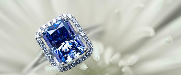 Wyjątkowe pierścionki z kamieniami za grosze. Modele idealne na prezent z rabatem do -75%