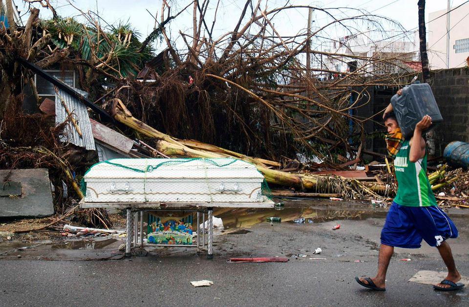 8 listopada Filipiny dotknął jeden z najsilniejszych w historii tropikalnych cyklonów - tajfun Haiyan. Ogromne fale i wiatr wiejący z prędkością ponad 300 km na godz. pozbawiły dachu nad głową setki tysięcy ludzi. Do wtorku potwierdzono śmierć blisko 1,8 tys. osób, ale władze lokalne są pewne, że ta liczba wzrośnie. O pomoc ofiarom kataklizmu zaapelowała Polska Akcja Humanitarna - informacje dotyczące akcji znaleźć można na stronie www.pah.org.pl.