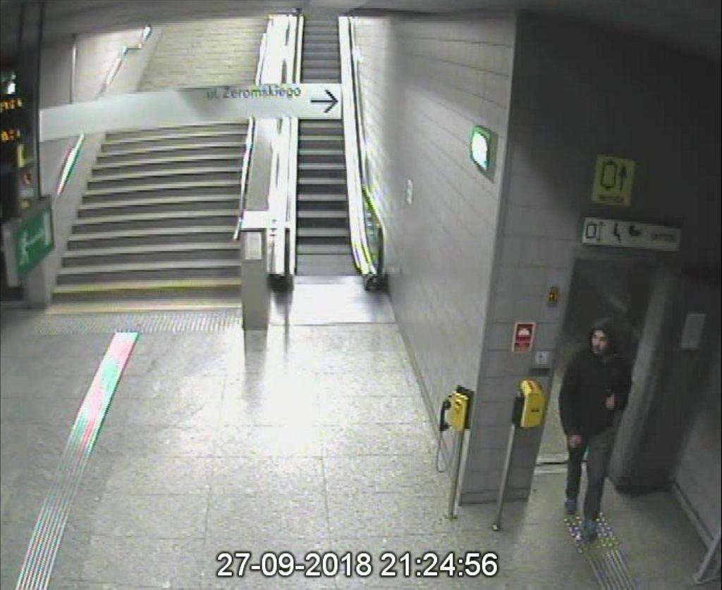 Kradzież defibrylatora w metrze. Poznajesz tego mężczyznę? Policja prosi o pomoc