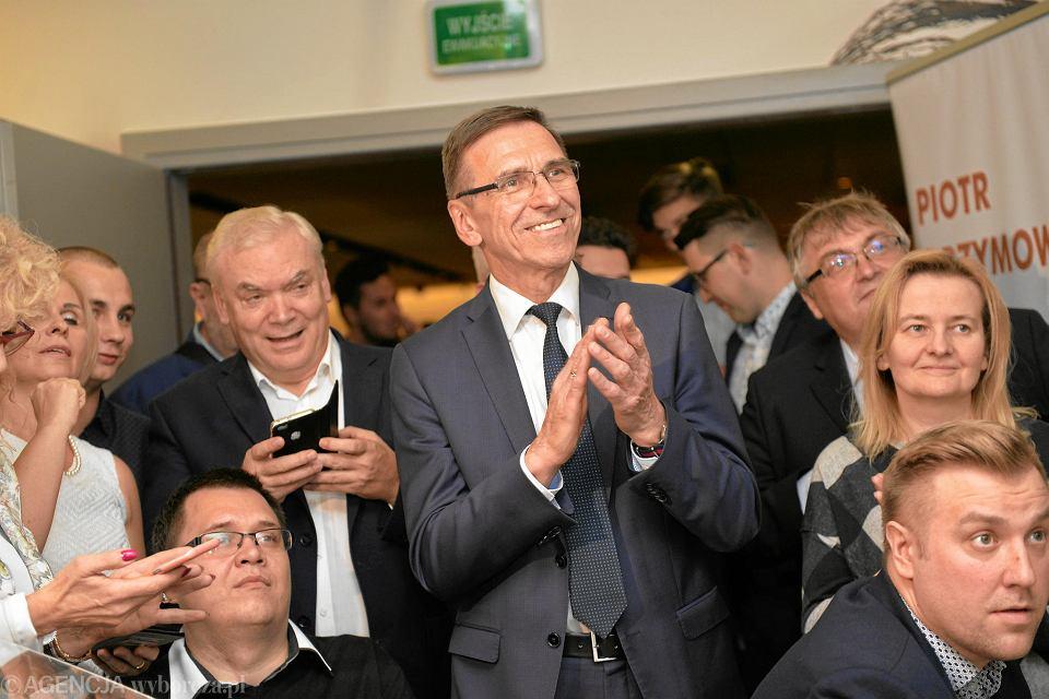 Piotr Grzymowicz (w środku) podczas wieczoru wyborczego swojego komitetu w Olsztynie