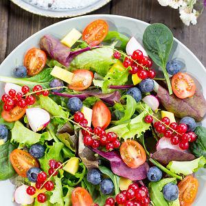 Przepisy na orzeźwiające sałatki z owocami