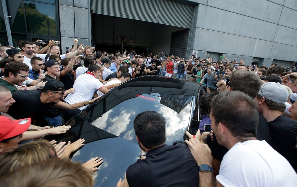 Kibice Milanu otoczyli samochód, którym do siedziby klubu przyjechał najnowszy nabytek mediolańczyków Leonardo Bonucci