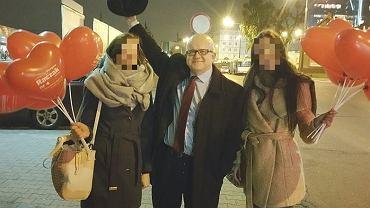 Grzegorz Raczak podczas kampanii wyborczą w 2015 r. rozdawała balony w kształcie serca. Na zdjęciu razem z wolontariuszkami