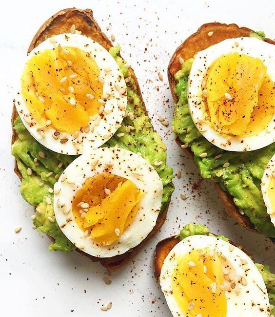 Tosty z awokado i jajkiem doskonale zaspokajają głód.