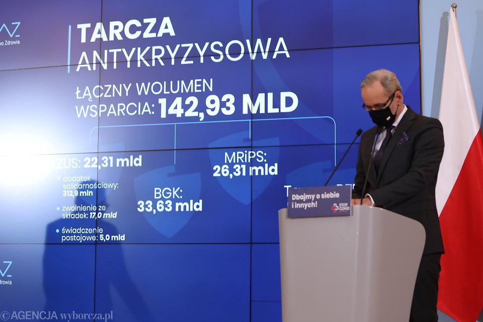 Sobotnia konferencja premiera Mateusza Morawieckiego oraz ministra zdrowia Adama Niedzielskiego, na której padły też pytania o naukę zdalną w szkołach w czasie pandemii koronawirusa