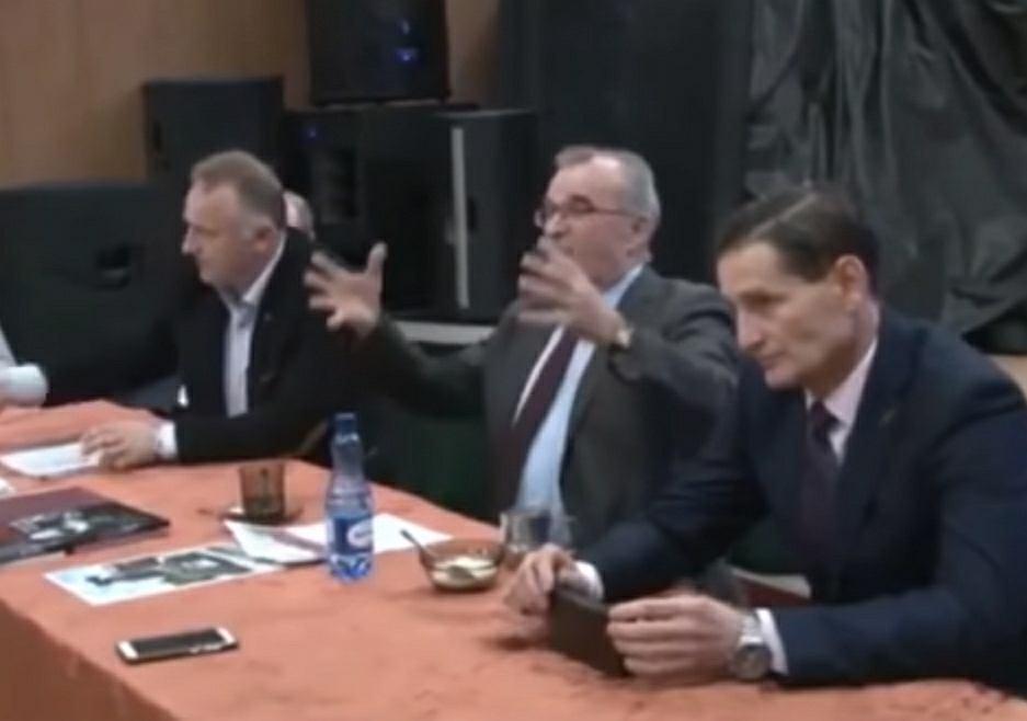 Spotkanie z przedstawicielami IPN w Czarnem, w środku Przemysław Szubarczyk