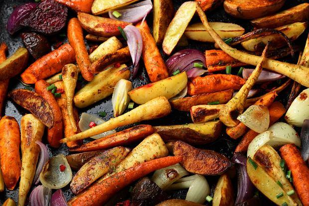 Najprostsze danie: pieczone warzywa - sposób na nadwyżki warzyw korzeniowych i warzywa, które straciły już jędrność / Fot. Shutterstock.com