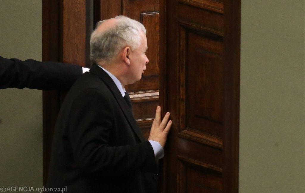 Jarosław Kaczyński wychodzi z sali plenarnej