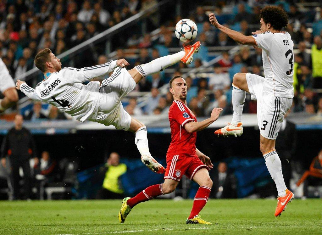 Sergio Ramos blokuje podanie Francka Ribery'ego, przygląda się Pepe