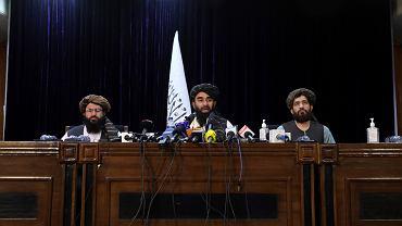 Rzecznik talibów Zabihullah Mujahid (w środku)