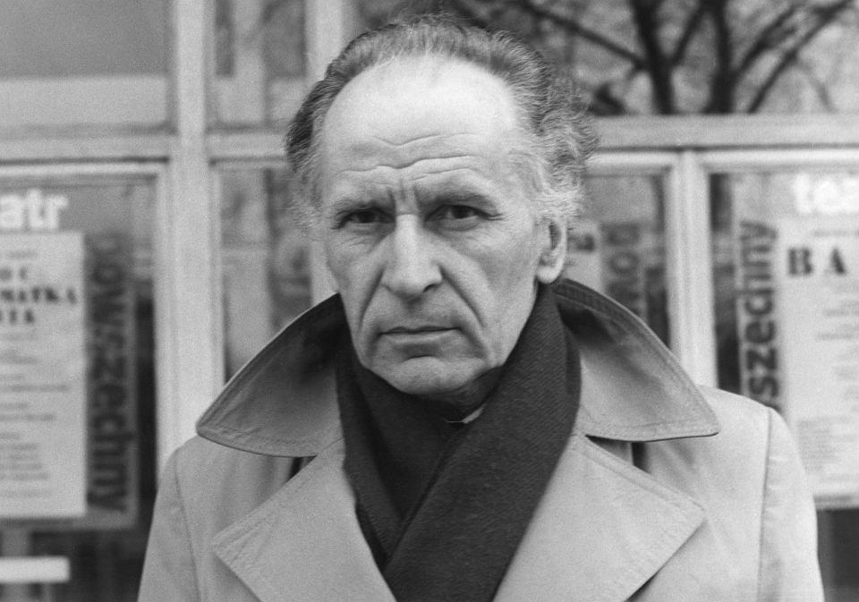 Zygmunt Hubner przed Teatrem Powszechnym, koniec lat 80.