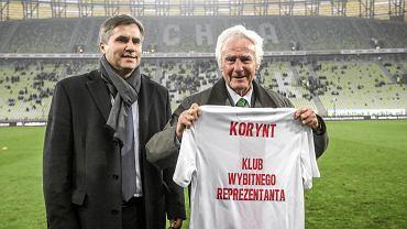 Roman Korynt, legenda Lechii Gdańsk, jej piłkarz w latach 1953-67, przed niedzielnym meczem z Jagiellonią Białystok został przyjęty w poczet członków Klubu Wybitnego Reprezentanta PZPN. Pan Roman rozegrał w biało-czerwonych barwach 35 spotkań, w kilku z nich był kapitanem zespołu. Uczestniczył m.in. w legendarnym, wygranym 2:1 meczu z ZSRR w 1957 roku. Oficjalną nominację oraz pamiątkową paterę i koszulkę wręczył mu przewodniczący Klubu Wybitnego reprezentanta Dariusz Dziekanowski (na zdjęciu z lewej). Panu Romanowi pogratulował też i wręczył upominek prezydent Gdańska Paweł Adamowicz.