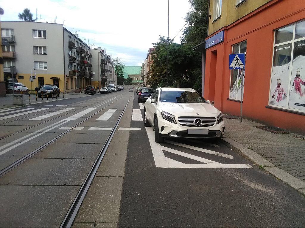 W sierpniu mistrzowie parkowania szczególnie upodobali sobie postój w obrębie skrzyżowania i na powierzchni wyłączonej z ruchu oraz na chodnikach