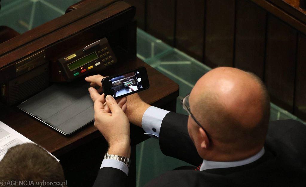 Tak wyglądają urządzenia do głosowania w sali plenarnej Sejmu. Nie da się ich przenosić.
