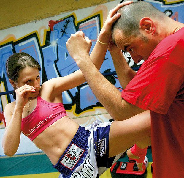 Mój pierwszy raz: sparing z mistrzynią muay thai, mój pierwszy raz, sztuki walki, Kopnięcie kolanem nogi wykrocznej z chwytem za głowę, która jest ściągana do dołu