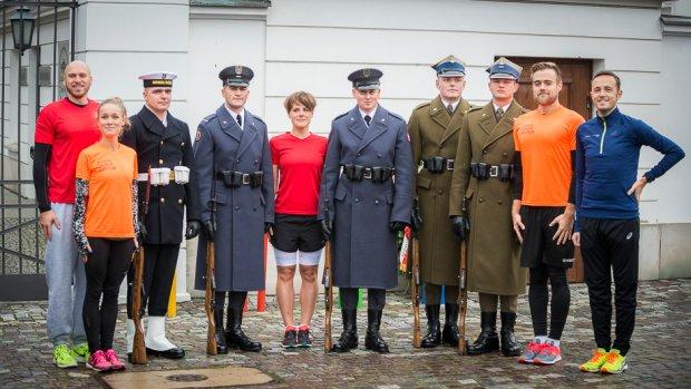 Ekipa EkstRemalna wraz z żołnierzami warty honorowej