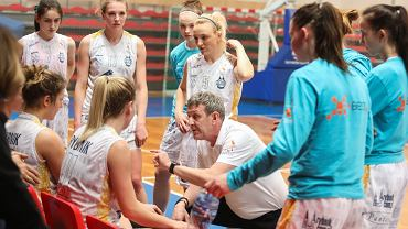Grzegorz Korzeń z zawodniczkami RMKS-u XBEST Rybnik podczas meczu w ubiegłym sezonie