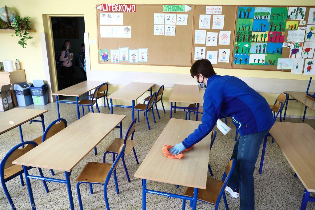 Sondaż. Polacy chcą zacząć luzowanie obostrzeń od powrotu dzieci do szkół (zdjęcie ilustracyjne)