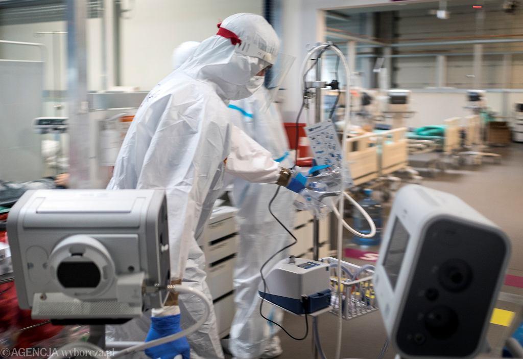 Lekarz pracujący na oddziale covidowym - zdjęcie ilustracyjne
