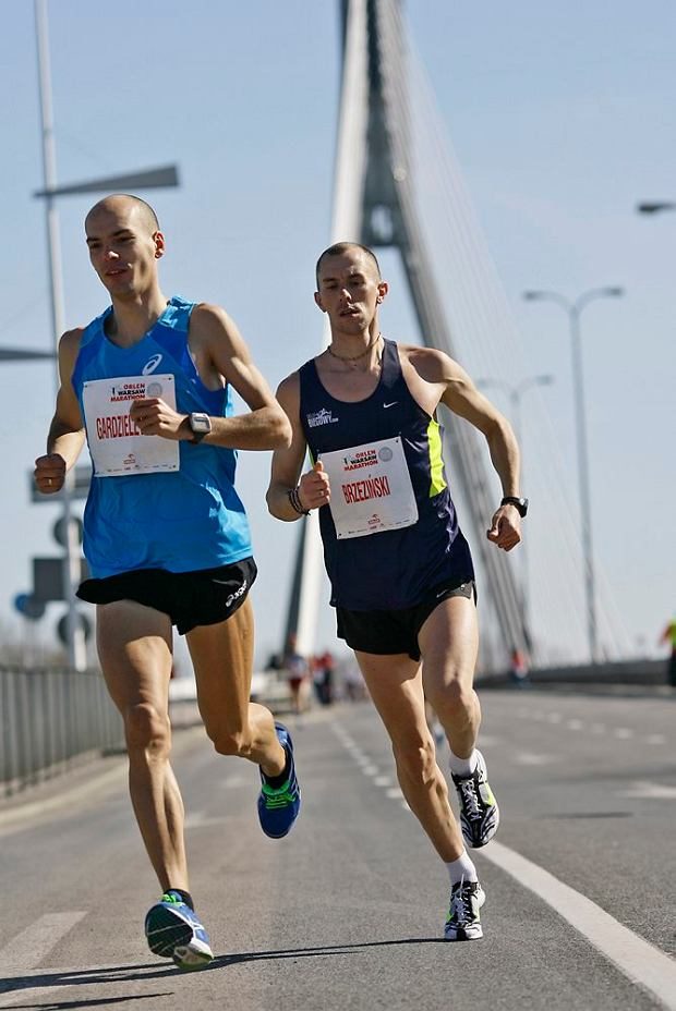 Arkadiusz Gardzielewski i Błażej Brzeziński - pierwsi dwaj Polacy na mecie Orlen Warsaw Marathon. Arkadiusz Gardzielewski został mistrzem Polski w maratonie.