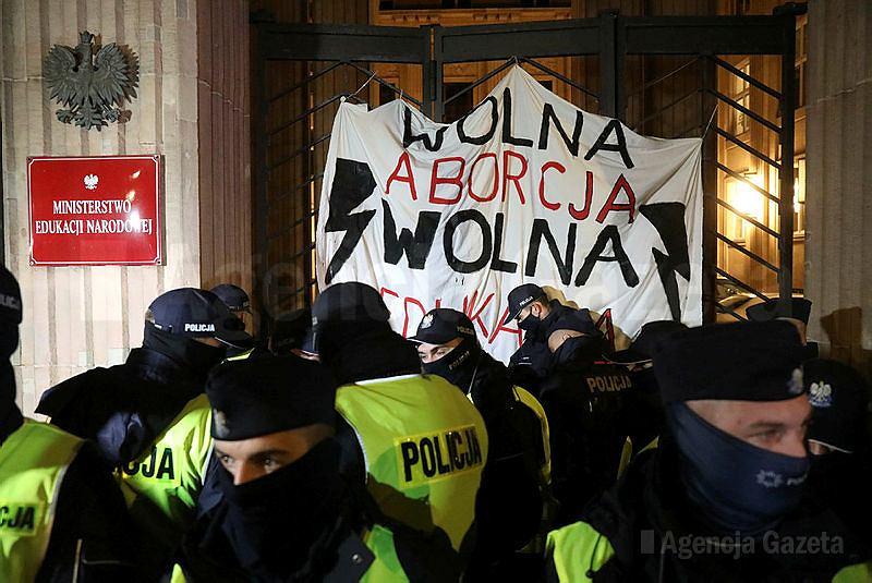 Policja usiłuje usunąć aktywistów i aktywistki Strajku Kobiet sprzed MEN