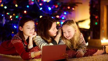 Świąteczne filmy dla całej rodziny, niezależnie od gatunku, bawią i doskonale wpisują się w klimat Bożego Narodzenia. Zdecydowanie warto po nie sięgać.
