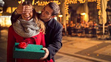 Prezent dla żony na święta może przybierać różną formę. Zdjęcie ilustracyjne