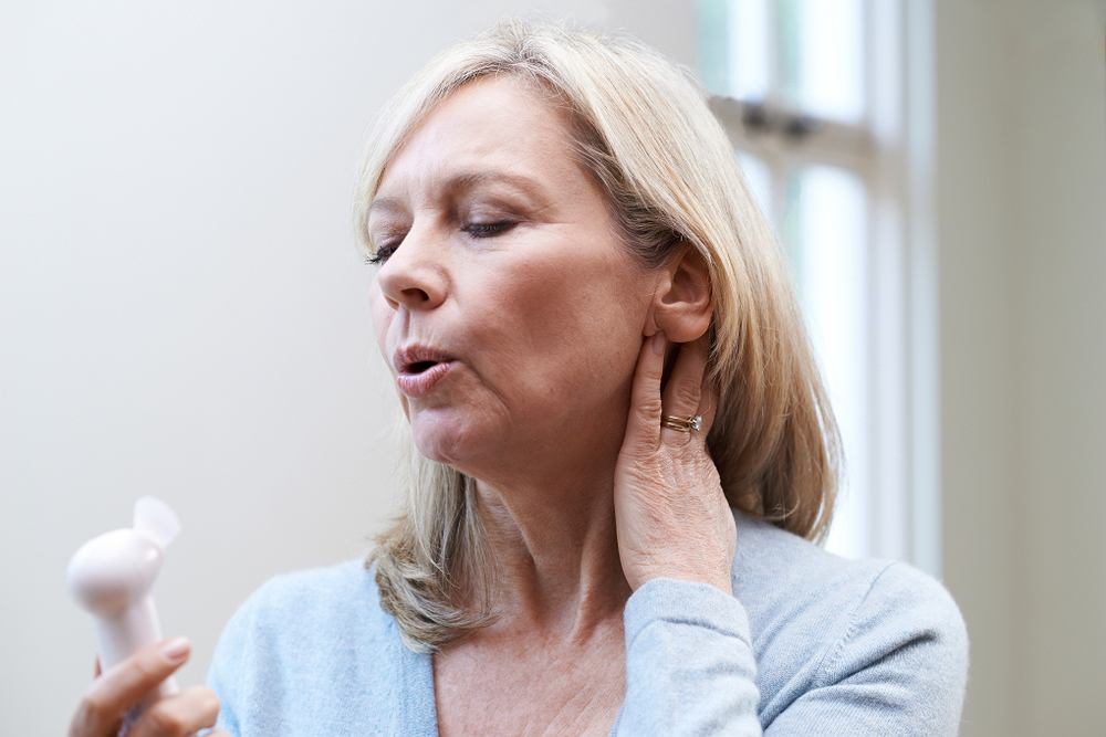 Uderzenia gorąca to dolegliwość kojarzona z menopauzą, jednak może oznaczać również inne problemy zdrowotne