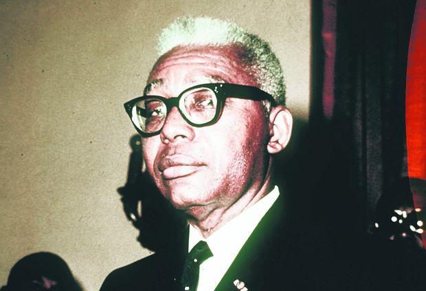 François Duvalier. Znakiem rozpoznaw czym milicjantów Duvalierów były lustrzane ciemne okulary, dżinsy i T-shirty oraz pałki i rewolwery, które nosili u pasa.