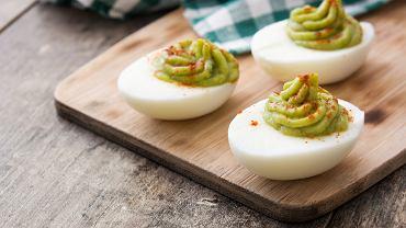 Jajka faszerowane awokado to smaczna alternatywa dla klasycznych farszy z żółtkami i majonezem.