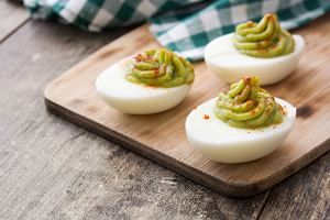 Jajka faszerowane awokado, czyli przepis na zdrową wielkanocną przystawkę