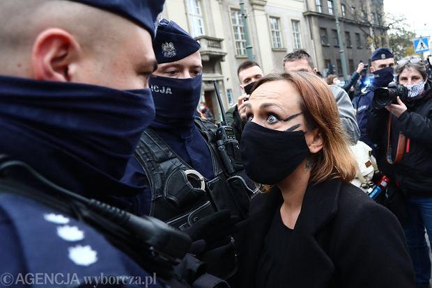 25 października 2020 r., Kraków, ul. Franciszkańska. Protest pod hasłem: 'To jest wojna. Piekło kobiet trwa', przed kurią metropolitalną