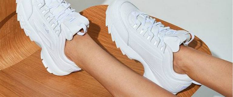Białe sneakersy na wiosnę. Najładniejsze, niedrogie modele do twoich stylizacji