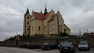W styczniu zeszłego roku przed kościołem w Gowarczowie zgromadziło się kilkaset osób. Parafianie domagali się odwołania proboszcza