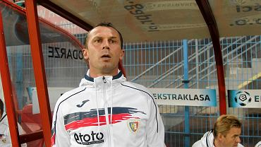 Lipiec. Radoslav Latal rezygnuje z pracy w Piaście Gliwice po porażce z IFK Goteborg w eliminacjach LE. Czech był wtedy mocno zawiedziony polityką transferową klubu. Wrócił już we wrześniu, gdy z Piastem rozstał się prezes Adam Sarkowicz.