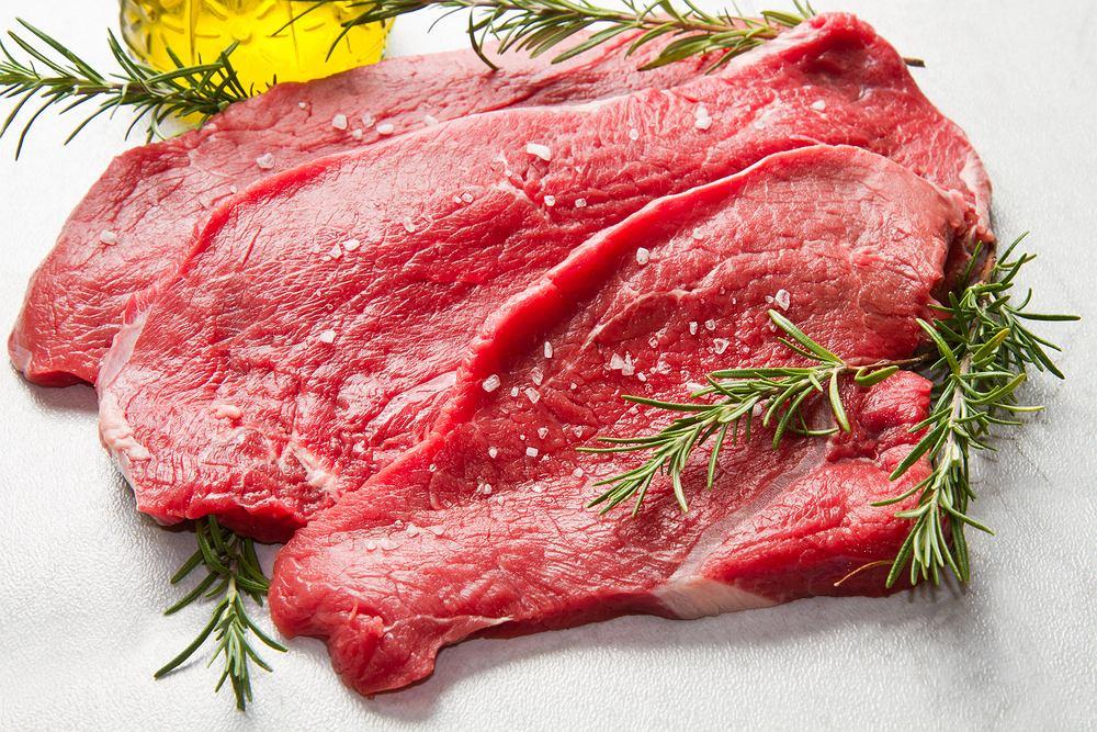 Czerwone mięso to: wołowina, wieprzowina, cielęcina, baranina, jagnięcina, dziczyzna, koźlina oraz konina.