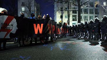 Strajk Kobiet o nocnym proteście. Jedna z zatrzymanych pobita. Co z Klementyną Suchanow?